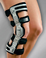 Ортез на коленный сустав для занятий спортом у ребёнка скрепят суставы